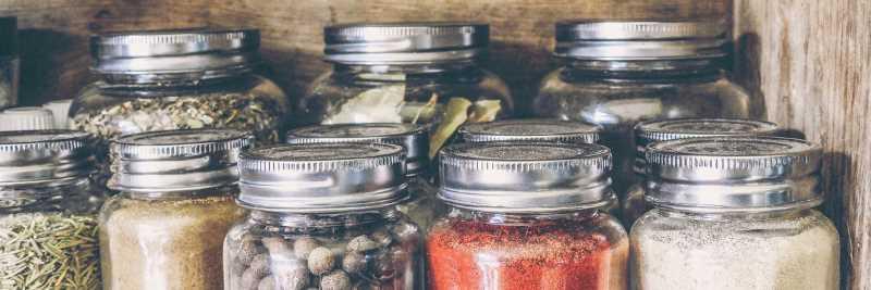 Verschiedene Mineralstoffe im Glas