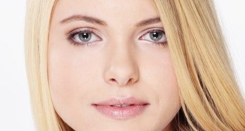 Vitamine für die Schönheit: Blonde Frau