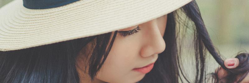 Vitamine für die Schönheit: Frau mit Hut