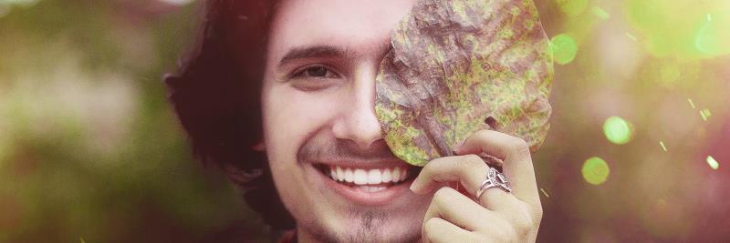 Vitamine für die Schönheit: Lächelnder Mann