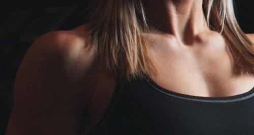 Durchtrainierter weiblicher Oberkörper