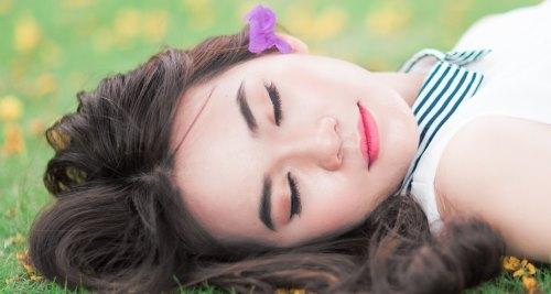 Vitamine für die Schönheit: Schlafende Frau