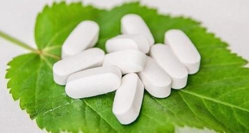 Tabletten auf Blatt
