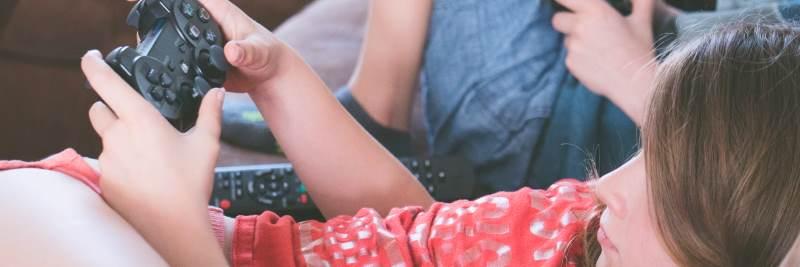 Vitamine für Zocker: Zockendes Mädchen